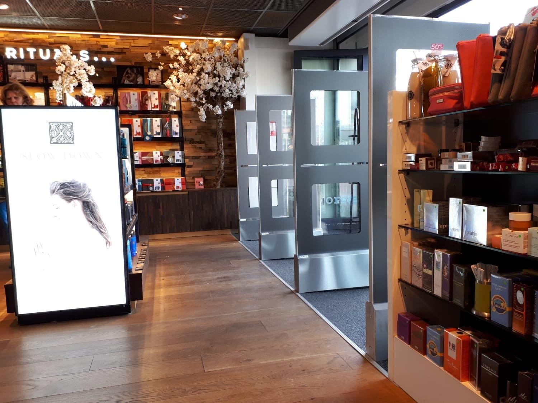 DA - Mooi - Frits - Bilthoven - parfumerie - drogisterij - artikelbeveiliging - productbeveiliging - detectiepoortjes - EM - TAGIT - Premium Light - cosmetica - parfum - beveiligingslabels - discreet - transparant